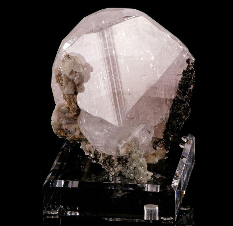 twinned Calcite var. Manganoan (fluorescent)